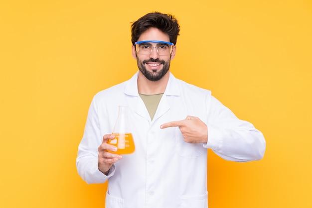 Scientifique jeune homme sur mur isolé