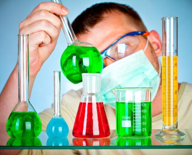 Scientifique en laboratoire avec des tubes à essai
