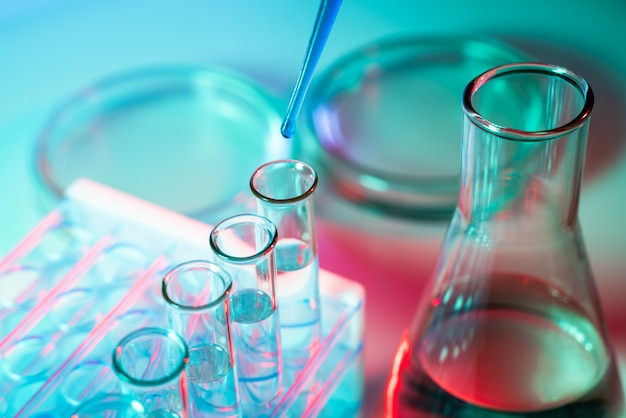 Un scientifique mène une expérience dans un laboratoire. matériel pour expériences chimiques.