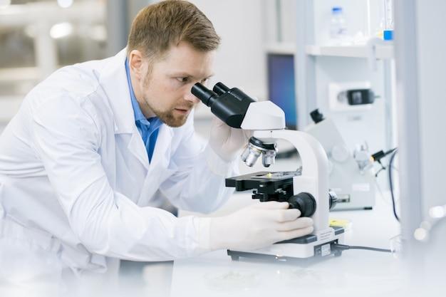 Scientifique moderne faisant des recherches en laboratoire