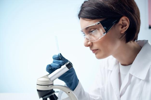 Scientifique recherche biologie écologie expérience analyse fond clair