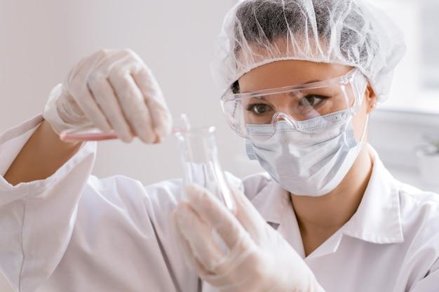 Scientifique regardant un tube à essai dans le laboratoire de l'université