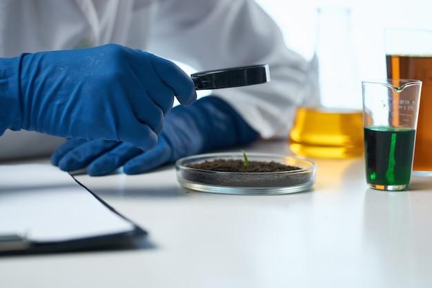 Scientifique solutions chimiques biologiste recherche étude fond isolé