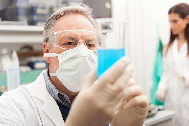 Scientifique tenant un tube à essai dans son laboratoire