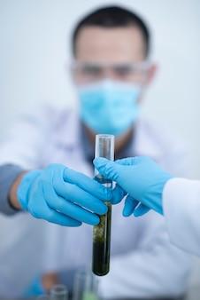 Scientifique testant son expérience dans un laboratoire scientifique, substances chimiques et équipements. concept de technologie bio