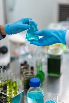 Le scientifique teste l'extrait de produit naturel, l'huile et la solution de biocarburant dans le laboratoire de chimie.