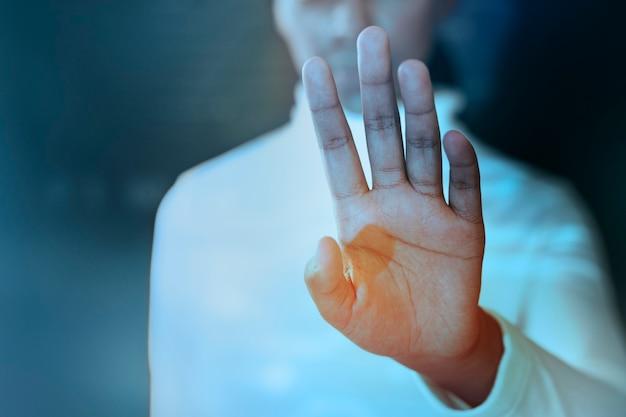 Scientifique touchant l'écran virtuel sur un écran virtuel soins de santé intelligents