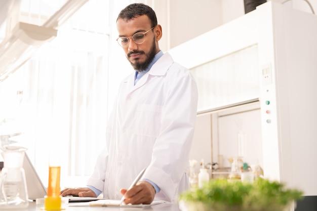 Scientifique travaillant dans un laboratoire de biotechnologie environnementale