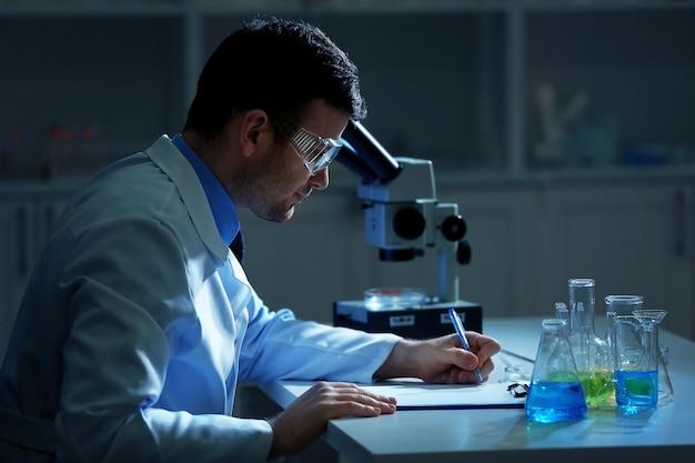 Scientifique travaillant dans un laboratoire