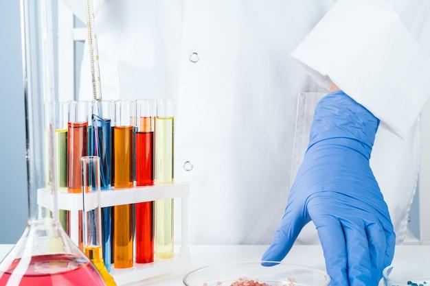 Scientifique travaillant avec des échantillons chimiques en laboratoire se bouchent