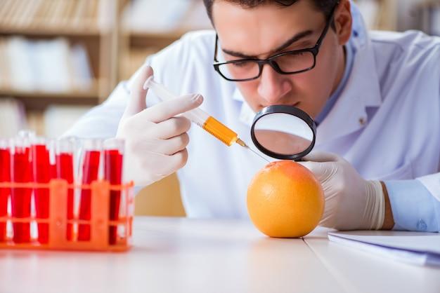 Scientifique travaillant sur les fruits et légumes biologiques