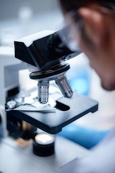 Scientifique travaillant avec microscope en laboratoire, recherche en sciences médicales