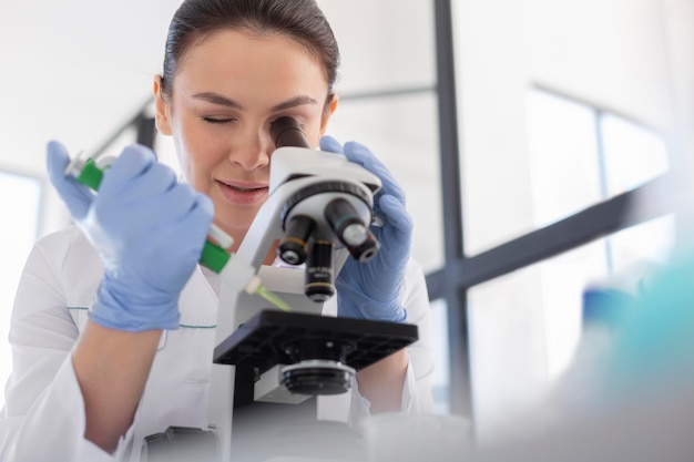 Scientifique travaillant avec microscope