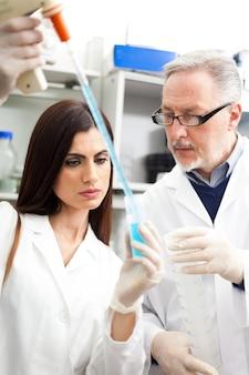 Des scientifiques au travail dans un laboratoire