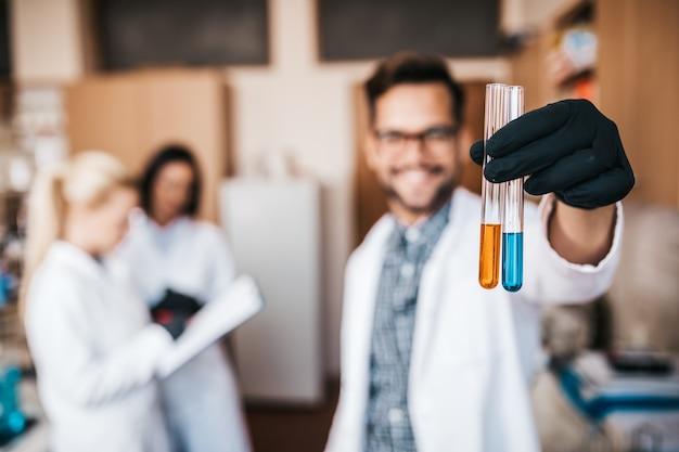 Les scientifiques et les chercheurs d'âge moyen travaillent en laboratoire de chimie.