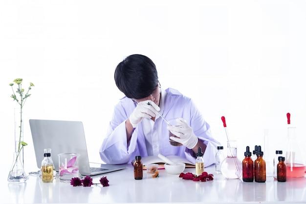 Les scientifiques effectuant des expériences en laboratoire, les chercheurs en extrac organique chimique et de la nature