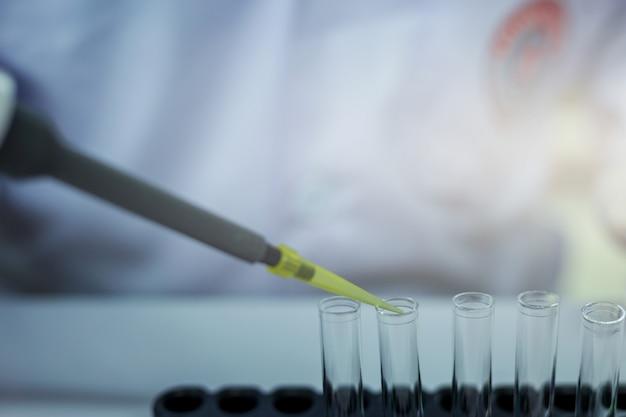 Les scientifiques expérimentent dans le laboratoire.