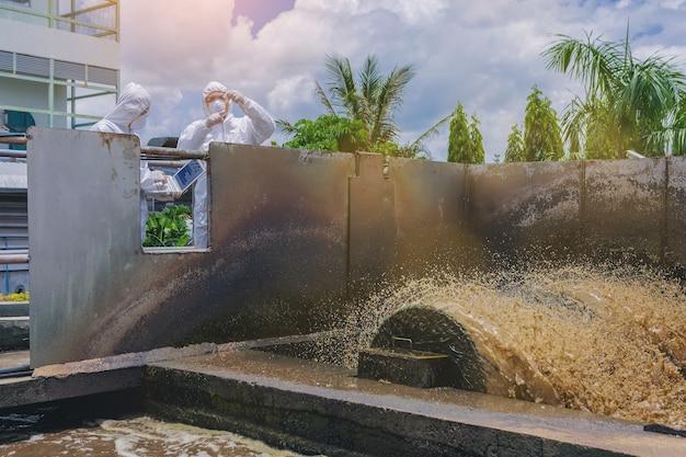Des scientifiques expérimentent la qualité de l'eau dans un système de traitement des eaux usées