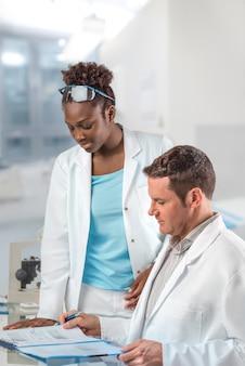 Des scientifiques, hommes et femmes, travaillent dans un centre de recherche
