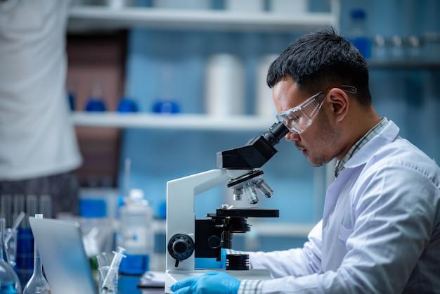 Les scientifiques inventent des produits chimiques à usage médical.