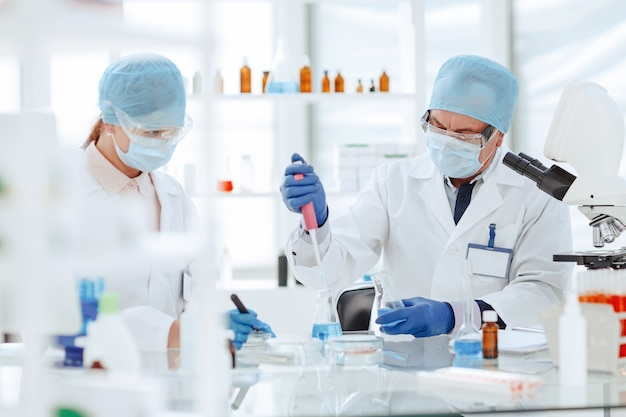 Des scientifiques en microbiologie travaillent à la création d'un nouveau vaccin