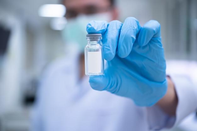 Les scientifiques préparent un vaccin à placer dans des rappels stériles pour une utilisation chez les patients infectés par le virus pandémique.