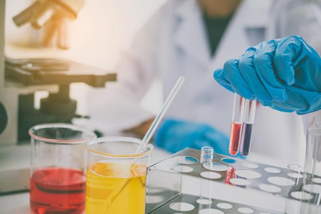 Les scientifiques recherchent des vaccins contre les virus dans le laboratoire de l'enseignement des sciences de la médecine dans le laboratoire.