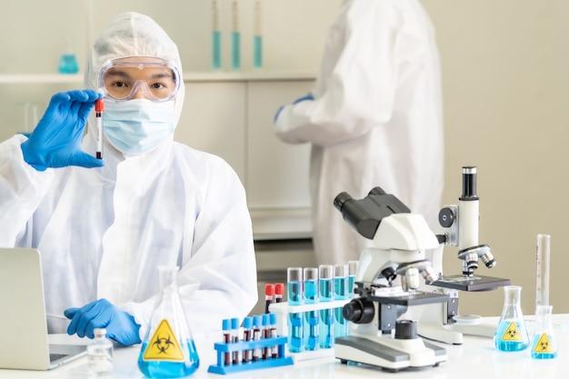 Scientifiques testant et recherchant