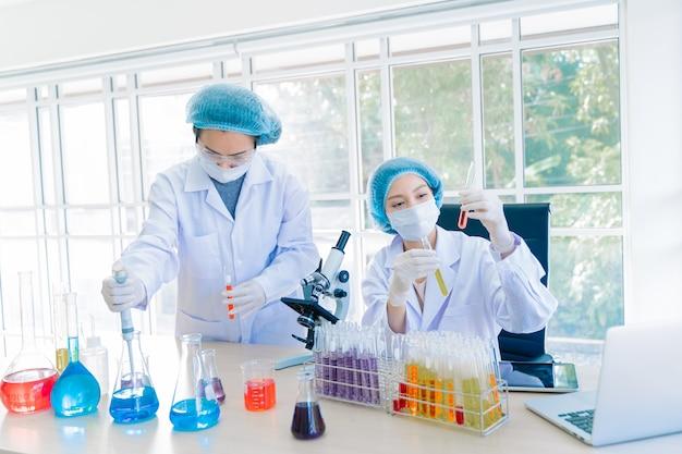 Scientifiques travaillant ensemble en laboratoire