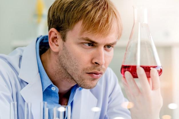 Scientifiques travaillant en laboratoire
