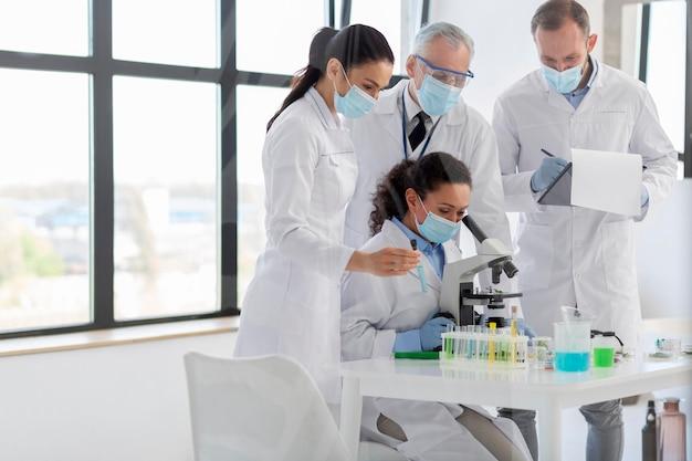 Scientifiques travaillant avec un microscope