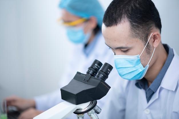 Les scientifiques travaillent dans le laboratoire.