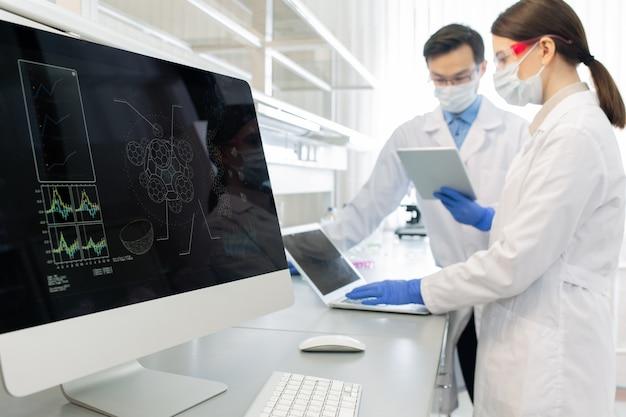 Scientifiques utilisant des ordinateurs en laboratoire