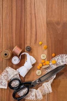 Scissor avec de la dentelle et des boutons