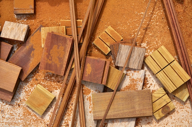 Sciure de bois et morceaux de platelage