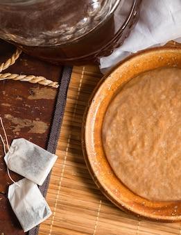 Scoby au thé kombucha, boisson saine fermentée populaire, riche en probiotiques naturels.