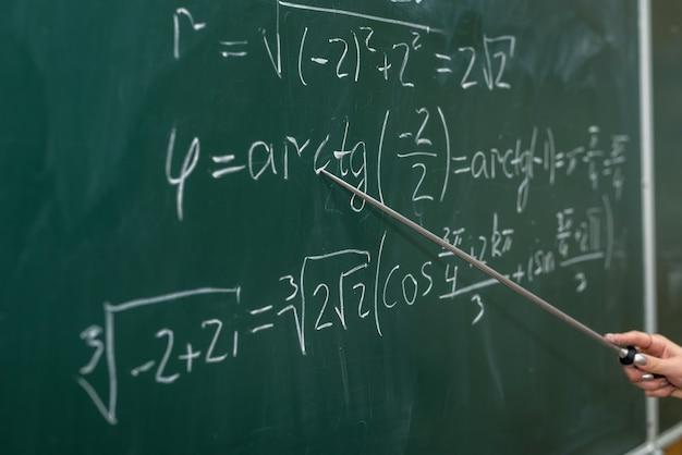 Scolarité. des formules mathématiques sont écrites sur le tableau noir