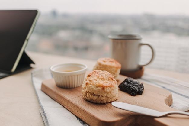 Scones à l'anglaise et café pour la pause travail