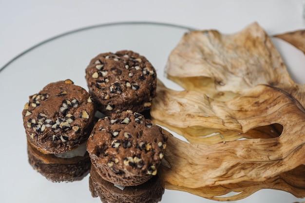 Scones au chocolat avec feuilles sèches