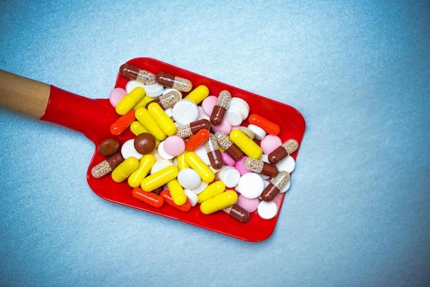 Scoop bébé jouet plein de pilules et de capsules pharmaceutiques multicolores