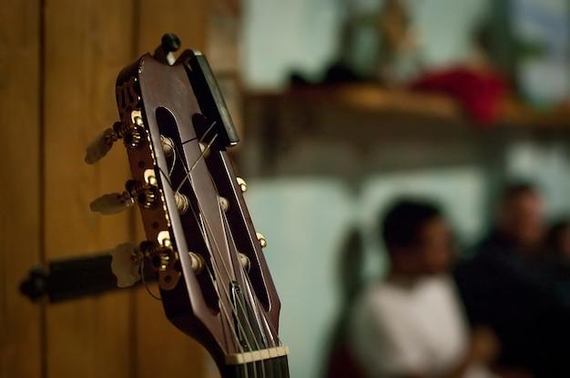 Scoop de guitare acoustique avec une haute définition des détails.