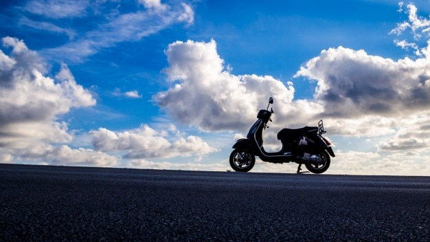 Scooter et un ciel nuageux