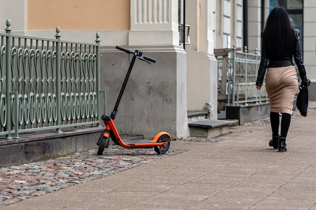 Un scooter électrique garé sur le trottoir à riga, lettonie