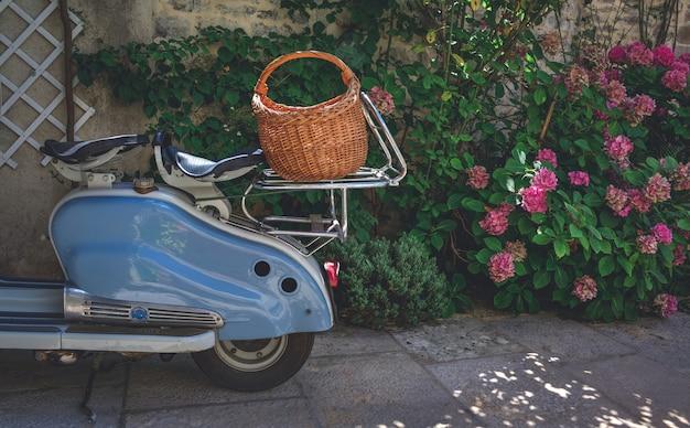 Scooter garé sur une terrasse