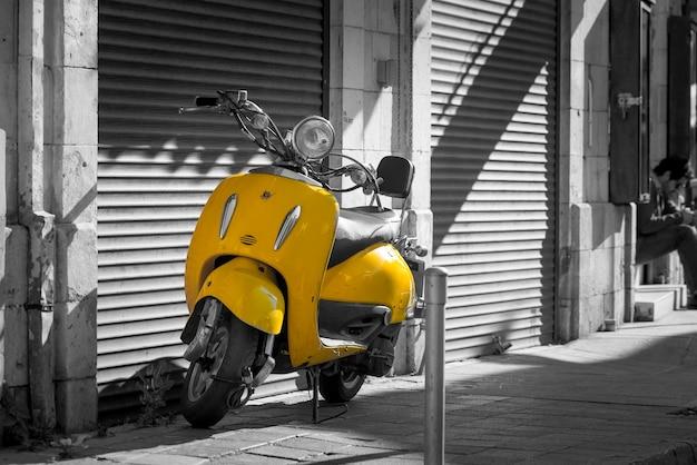 Scooter jaune vintage dans la vieille rue