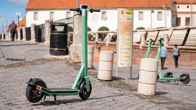 Scooter de partage électrique garé dans une rue d'une ville de roumanie