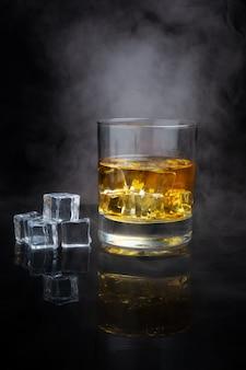Scotch whisky avec glace et fumée