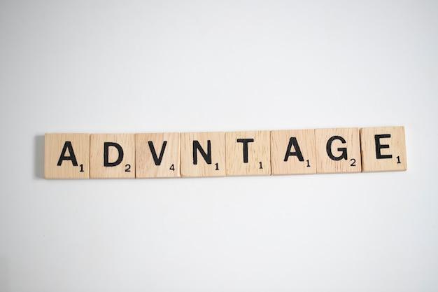 Scrabble lettres orthographiant l'avantage