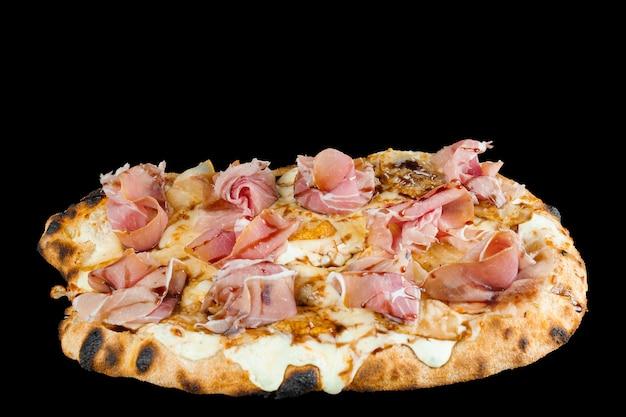Scrocchiarella à la poire, fromage, prosciutto sur fond noir. cuisine italienne gastronomique de pinsa romana. la malbouffe.
