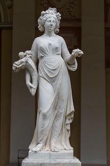 Sculpture allégorique en marbre de l'automne dans le bâtiment de la galerie gonzaga à pavlovsk, russie